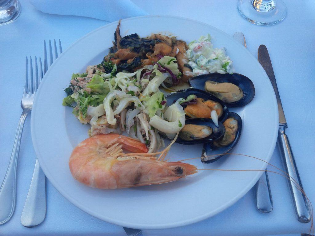 Salat-Variationen an Riesenscampi und frischen Muscheln